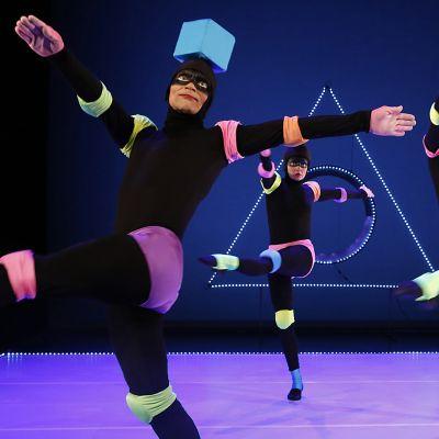 Kolme tanssijaa tanssii