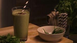 """Vegansk """"mint-choclate chip milkshake"""" på kokos och mynta"""