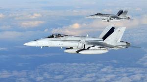 Två av flygvapnets F/A-18 C/D Hornet-plan