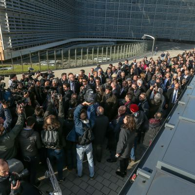 Kahdensadan pormestarin joukko purkautui linja-autoista Euroopan komission edustalla tiistai-iltapäivänä.