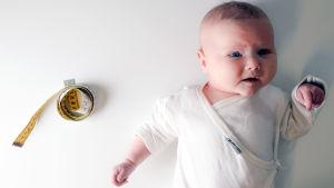 Vauva ja mittanauha.