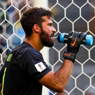Den brasilianske målvakten Alisson uppges vara på väg till Liverpool.