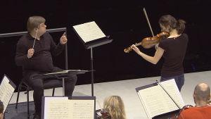 Kapellimestari Mikko Franck ja viulisti Alina Pogostkina harjoittavat Prokofjevin ensimmäistä viulukonsertto.