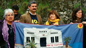 Människor protesterar mot tortyren under Pinochets maktperiod.