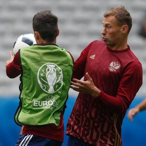Vasilij Berezutski och hans Ryssland vill vinna match nummer två.