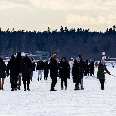 Ulkoilijoita meren jäällä Espoossa.