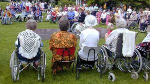 pensionärer i rullstolar på sommarträff