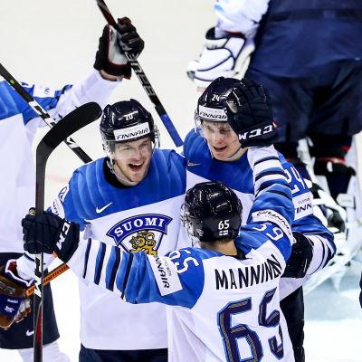 Finland jublar efter att ha gjort mot mål.