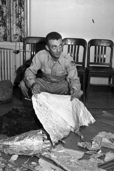 Militärperson med bråte från den så kallade Roswell-incidenten.