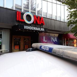 Polisbil utanför restaurangen i Joensuu.