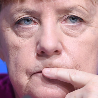 Angela Merkel ser fundersam ut.
