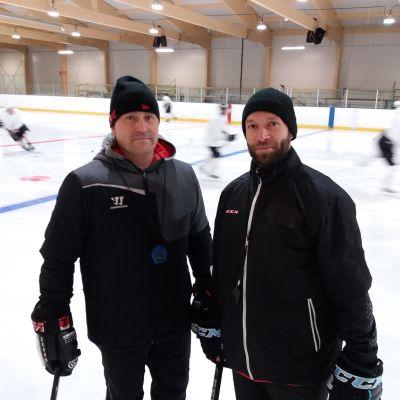 Iitti Hockeyn tuore valmennuskaksikko Toni Koivunen ja Jan Latvala on nimekäs pari 3. divisioonan vaihtoaitioon.