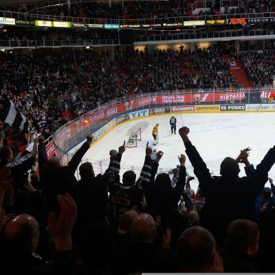 Yleisö katsoo TPS:n ottelua Turku-hallissa.