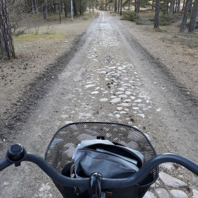 Pyörä ja Örön tienpintaa.