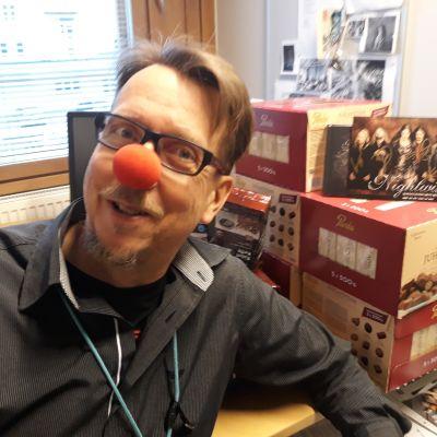 Tapio Laakkonen juontaa Nenäpäivän messuja Isossa Myyssä.