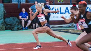 Annimari Korte löper i mål på rekordtiden 12,72 i Joensuu.