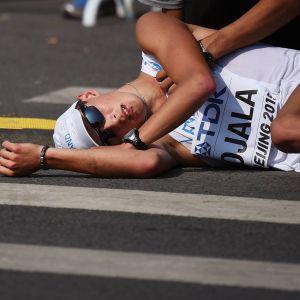 Aleksi Ojala ligger på marken.