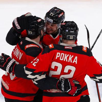 Ville Pokka firar mål med två lagkamrater.