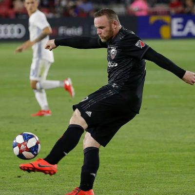 Wayne Rooney skjuter bollen.
