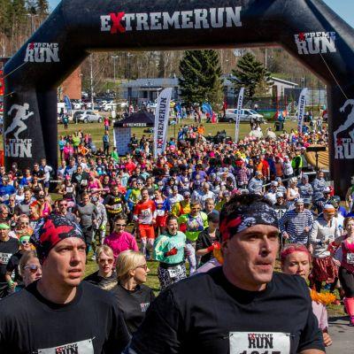 Ihmisiä juoksee lähtöalueella juoksutapahtumassa