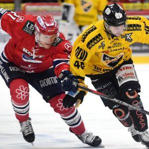 Tommi Santala och Mikko Nuutinen i närkamp.