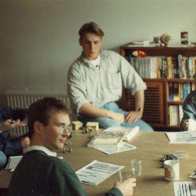 Espoolainen peliporukka vuonna 1991 pelaamassa Warhammer Fantasy Roleplaytä