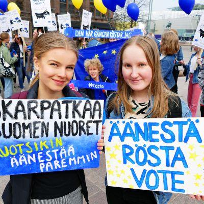 Lukiolaiset marssivat äänestämisen puolesta.