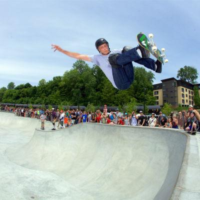 Tony Hawk hoppar med en skateboard.