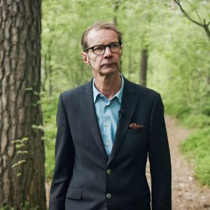 Kahdeksanosainen sarja lähtee tutkimusmatkalle metsäläisyyteen. Sarjan juontaa Juhani Seppänen.