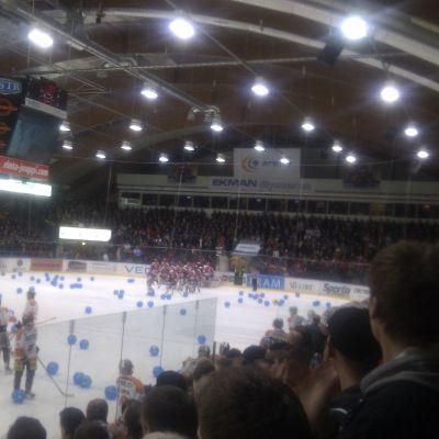 200 badbollar på isen efter Sports vinst.