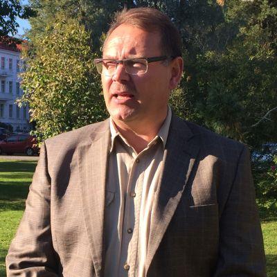 Kansanedustaja Reijo Hongisto (sin.)