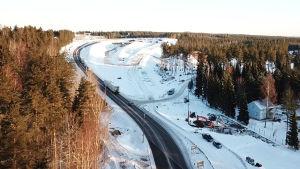 Bild tagen från luften av riksväg 25 i Lojo.