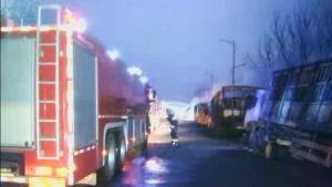 Räddningsarbetare jobbar efter stor explosion i Kina.