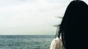 kvinna vid havet