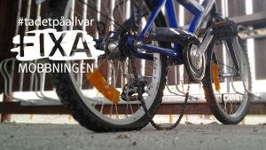 Cykel med punktering och lös kedja står i cykelställ