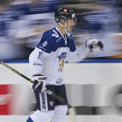 Anton Lundell firar ett mål i landslagströjan.