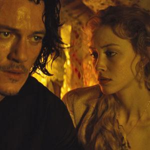Luke Evans och Sarah Gadon i filmen Dracula Untold.