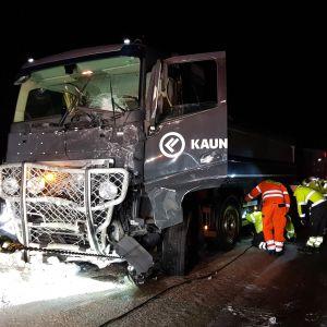 En kvaddad lastbil efter en frontalkrock i Kiruna kommun.