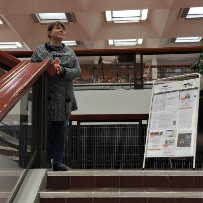 Erikoiskirjastonhoitaja Paula Mäkelä Lappeenrannan pääkirjaston portaissa.