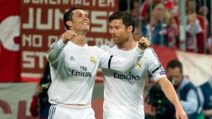 Cristiano Ronaldo och Xabi Alonso firar i München.