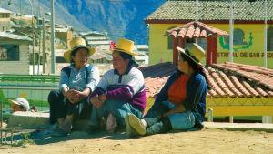 Naiset istuvat ja keskustelevat, Andit