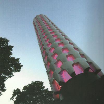ett torn med keramikplattor