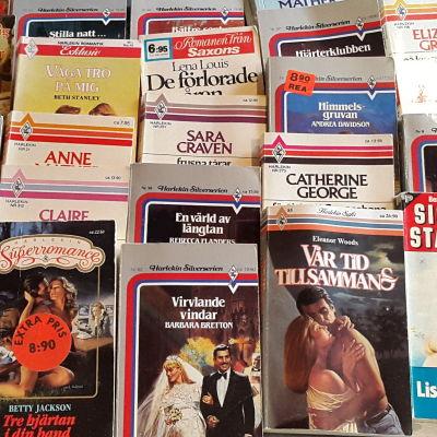 Många pocketböcker uppradade på ett bord