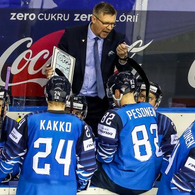 Jukka Jalonen instruerar Lejonen.