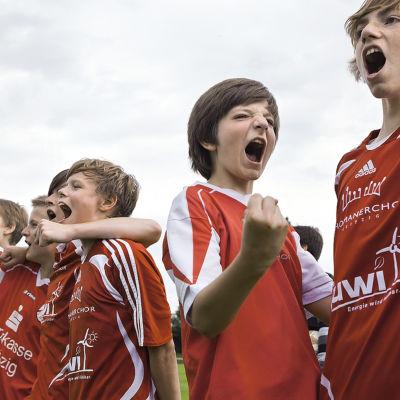 Leipzigin Tuomas-kuoron poikia jalkapalloa pelaamassa