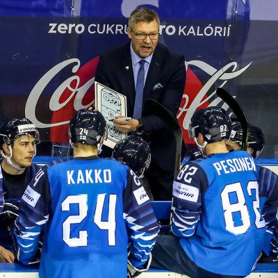 Jukka Jalonen håller ett snack med sina finländska spelare.