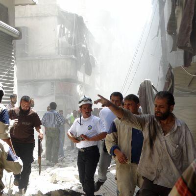Ihmisiä kadulla Alepossa ilmaiskun jälkeen.