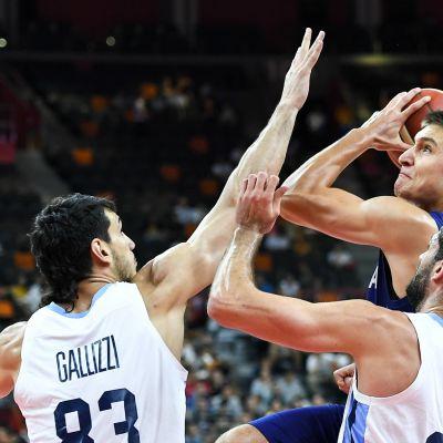 Kuva koripallo-ottelusta Argentiina–Serbia.