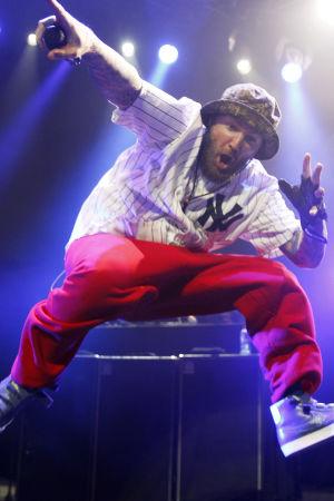 Fred Durst hyppää lavalla, punaiset housut jalassa.