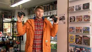 Toimittaja Panu Vatanen selvittää Xbox Onen ja PS4:n eroja